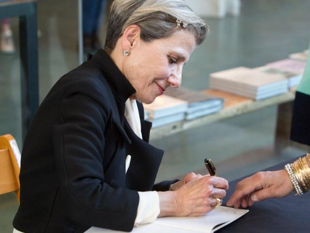 Maryam Khosrowshahi signs books