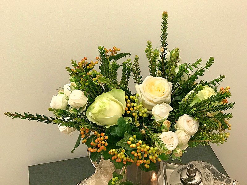 Miss Bombastic spray roses, green Dynamic and cream Candlelight roses